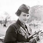 Уже в первые дни войны Людмила Павличенко, которая еще перед началом войны успела пройти краткосрочные курсы снайперов, недолго думая, записалась добровольцем на фронт.
