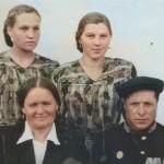 Труженик тыла Косурин Василий Иванович (1906-1989) (снизу, справа) с членами семьи