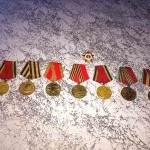 Каждый День Победы мой прадедушка одевал все свои медали и шел на парад,  выступал перед жителями нашего города.