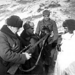 Командующий 62-й армии генерал-лейтенант В. И. Чуйков (слева) и член Военного совета генерал К. А. Гуров (в центре) осматривают винтовку снайпера Василия Зайцева.