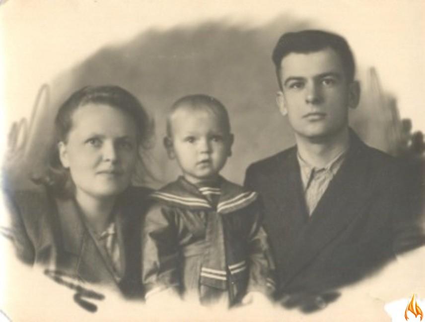 Иван Филиппович Колбаса и Мария Михайловна Локтева с приемным сыном Володей. Архангельск, 1948 год